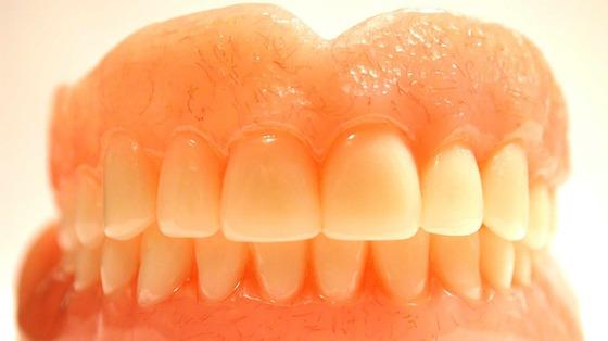 Jak osoby starsze powinny dbać o sztuczne zęby, aby unikać chorób jamy ustnej?